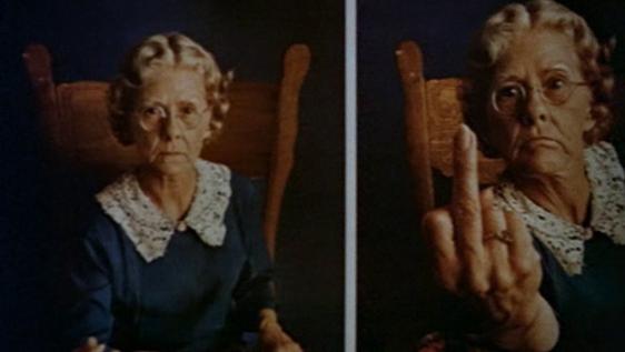 Uno miei momenti preferiti del film, in cui inquadrano a caso questo poster con la nonnina che mostra il medio. :)